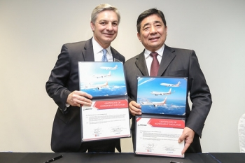"""Ray Conner, president and chief executive officer of Boeing Commercial Airplanes and Wang Shusheng, Chairman of Okay Airways • <a style=""""font-size:0.8em;"""" href=""""http://www.flickr.com/photos/139546847@N02/25102184951/"""" target=""""_blank"""">View on Flickr</a>"""